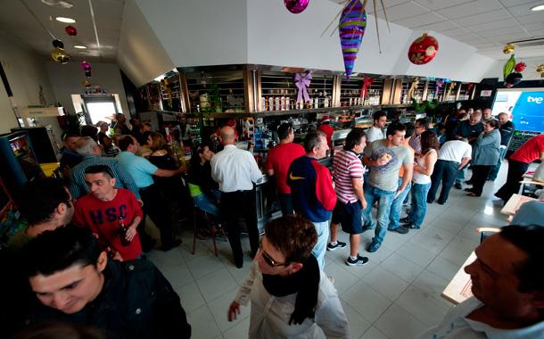 Imágenes en la gasolinera Repsol de Granadilla donde se vendió el segundo premio. / FRAN PALLERO