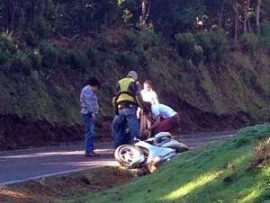 Varios conductores atendiendo al herido momentos después del accidente. | FRANCISCO JAVIER MEDINA