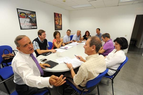 Efraín Medina coordina una de las reuniones de su departamento.   JAVIER GANIVET
