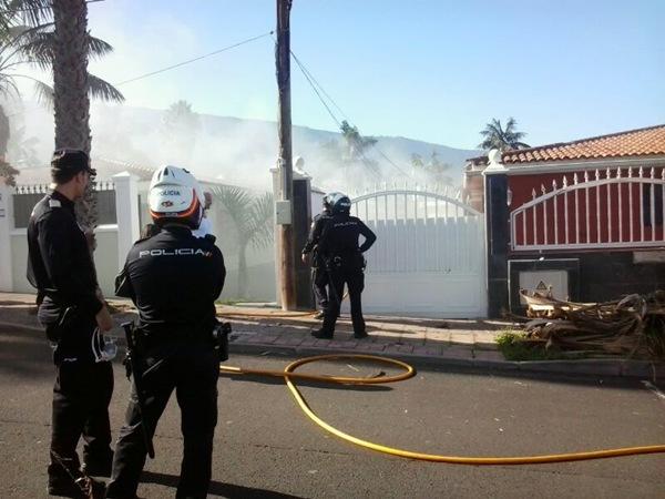 Bomberos y agentes de la Policía Nacional interviniendo en el incendio de la vivienda. | MOISÉS PÉREZ