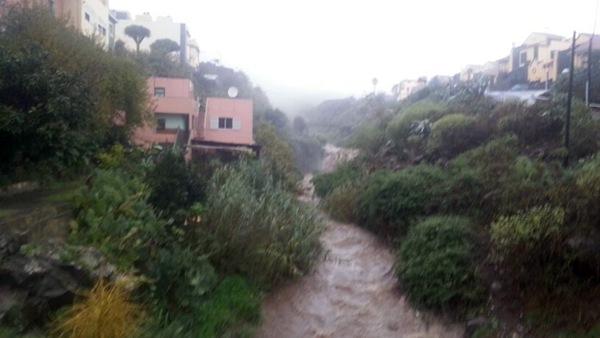 Agua bajando por el barranco de Pueblo Hinojosa, La Laguna. | DA