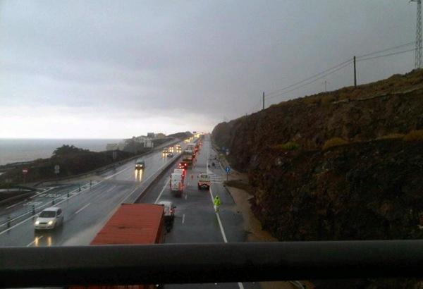 Carril cerrado en la TF-1 entre Güímar y Punta Prieta. | DA