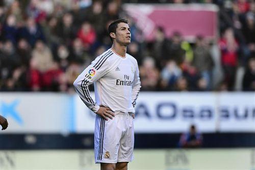 Osasuna y Real Madrid han firmado tablas (2-2) en el encuentro disputado en el Sadar, en un partido en el que los blancos comenzaron perdiendo 2-0, pero acabaron empatando, y en el que ambos conjuntos acabaron con un jugador menos por las expulsiones de Sergio Ramos y Silva.