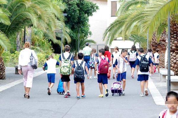 niños colegio entrada colegio
