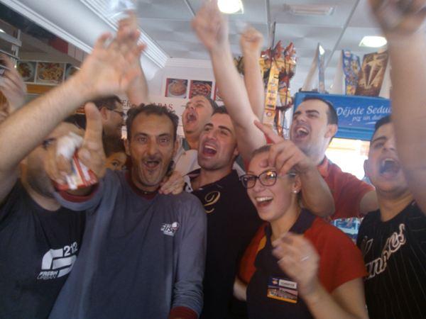 Los trabajadores celebran el segundo premio de la Lotería de Navidad. / NORCHI