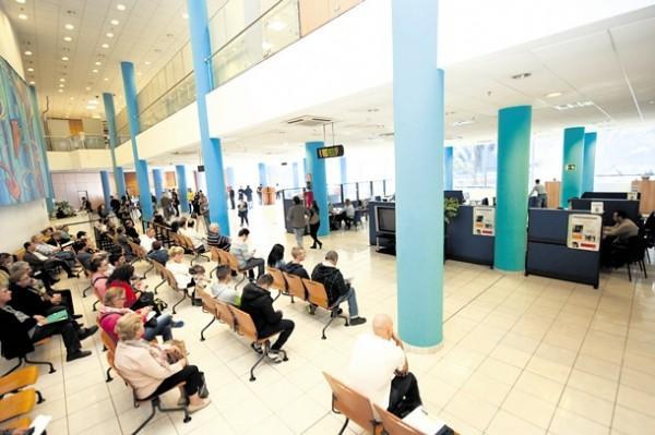 Imagen de contribuyentes esperando su turno para ser atendidos en la Administración Tributaria Canaria en Santa Cruz. / FRAN PALLERO