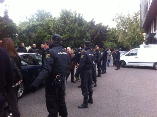 Varios agentes del CNP vigilando la protesta. | EP