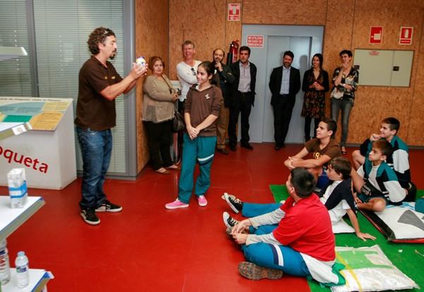 Las autoridades acompañaron a los escolares en su visita. / DA