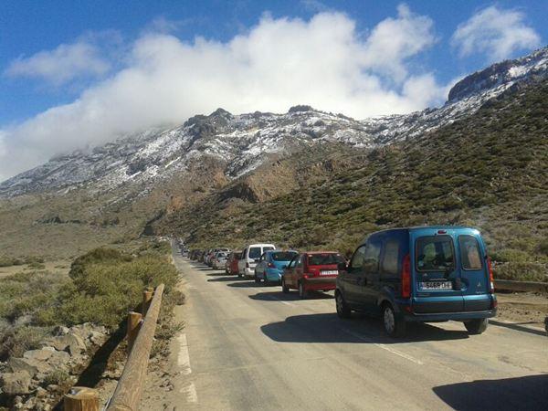Los visitantes al Teide el pasado 14 de diciembre se armaron de paciencia y aguantaron horas al volante. / JAVIER GANIVET