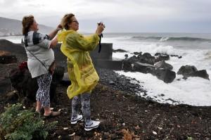 Turistas en el Puerto de la Cruz. | M. PÉREZ