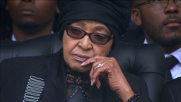 Winnie Mandela no puede esconder su tristeza en el funeral de su exmarido Nelson Mandela. / REUTERS