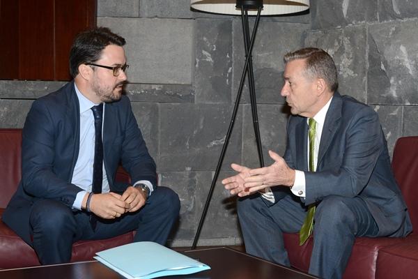 Asier Antona conversa con Paulino Rivero, ayer en Santa Cruz de Tenerife. | SERGIO MÉNDEZ
