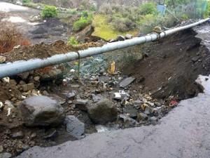 El Camino Real, que transita en los laterales de las canteras de áridos, se ha desplomado en algunos tramos, y el asfalto de varias vías ha desaparecido. / DA