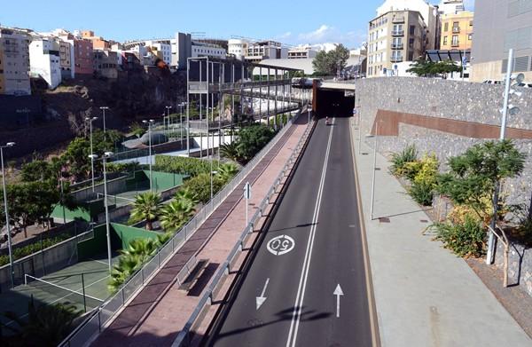 Arteaga destaca los espacios que se han recuperado en el barranco y la conexión con los barrios. / S. MÉNDEZ