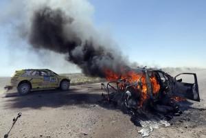El coches de de Bauyrzhan Issabayev y Gabdulla Ashimov es pastó de las llamas tras un incendio. | REUTERS