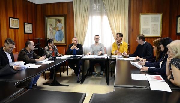 El jurado del Concurso de Jóvenes Diseñadores se reunió en el Cabildo para decidir los cinco finalistas. / DA