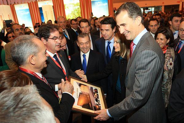 El príncipe recibe un cuadro de la fachada del auditorio Ifnanta  Leonor