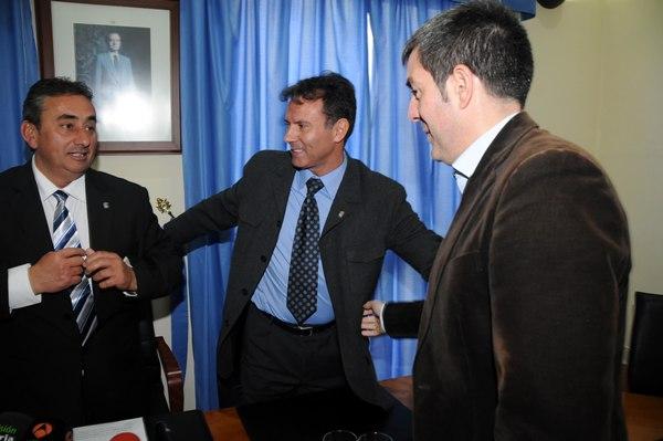 Fernando Clavijo y Marco Antonio Abreu felicitan a Tomás Mesa el día de la moción de censura. / moisés pérez