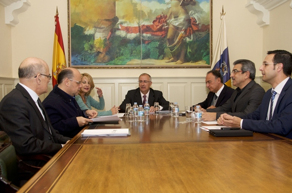 Francisco Hernández Spínola, durante la reunión de ayer con los portavoces parlamentarios.   DA