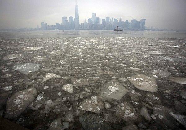 El río Hudson congelado y en el horizonte, el skyline de Nueva York. | REUTERS/Carlo Allegri