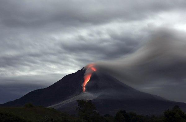 La lava del volcán Sinabung vista desde el pueblo de Jraya. |  REUTERS/Beawiharta