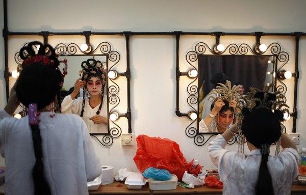 Artistas de la Ópera China preparándose para su actuación por el Nuevo año Lunar en Singapur. | REUTERS/Edgar Su