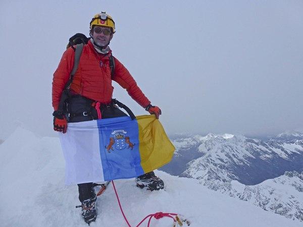 Juan Diego Amador muestra la bandera canaria en la cumbre del Monte Cook. | DA