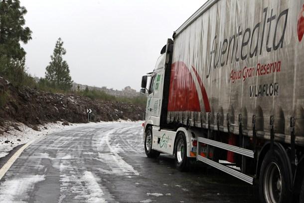 La carretera TF-51 de La Escalona a Vilaflor permaneció varias horas cerrada por hielo.   G.Z.