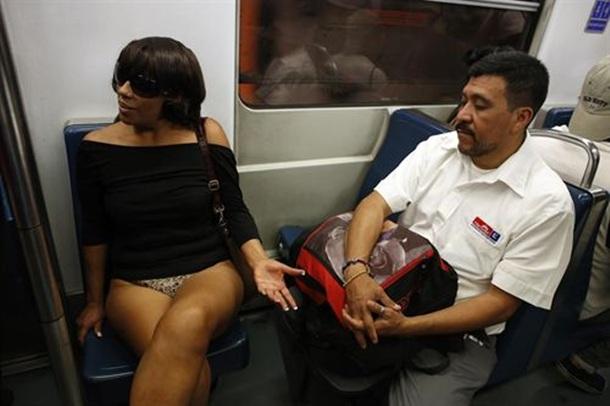 6f1030653 Usuarios de metro de 65 ciudades viajan en ropa interior en el 'Día ...