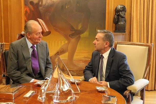 El rey Juan Carlos conversa con el presidente del Gobierno de Canarias, Paulino Rivero, en el Palacio de la Zarzuela.