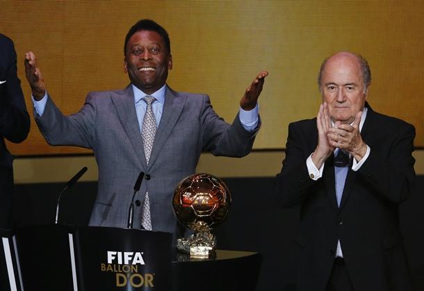 Pele recibe el Balón de Oro de honor