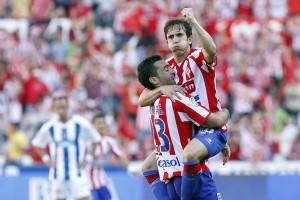 El lateral madrileño celebra un gol de rojiblanco junto a David Barral hace cuatro temporadas. / TUERO-ARIAS