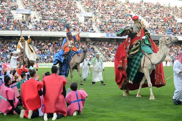 Acto de bienvenida a los Reyes Magos, que tuvo lugar ayer en el Heliodoro Rodríguez López. / SERGIO MÉNDEZ