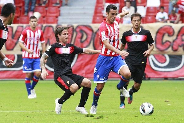 Ricardo León, en su etapa en el club gijonés, en un partido ante el Real Murcia en El Molinón. | TUERO-ARIAS