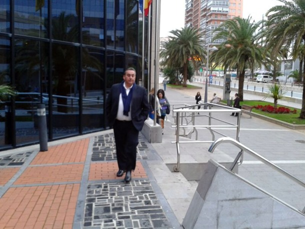 Tomás Mesa entra en el Palacio de Justicia de Santa Cruz de Tenerife. | G.G.