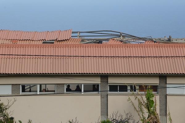Imagen parcial de los destrozos en el tejado de un centro educativo de Tejina.   FRAN PALLERO