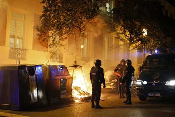 algunos manifestantes han volcado y quemado contenedores