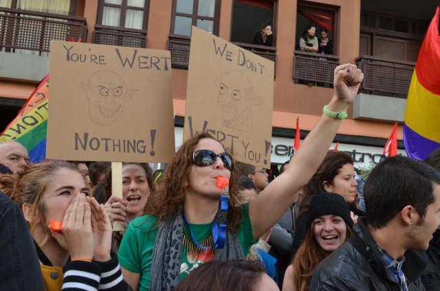 Los manifestantes portaban ingeniosos carteles con mensajes de protesta. / MOISÉS PÉREZ