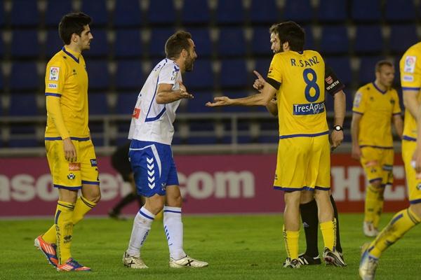 El central blanquiazul dialoga con el árbitro y un jugador rival en el choque con el Alcorcón.   SERGIO MÉNDEZ