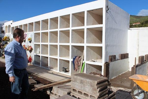 El concejal Francisco Pinto, supervisando las obras en el cementerio de Barranco Hondo. | DA