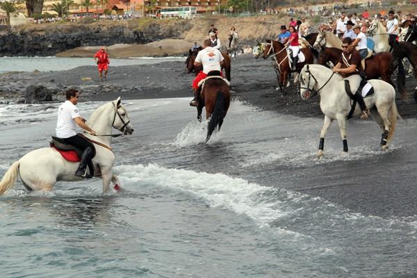 La exhibición de caballos en la playa de La Enramada, uno de los atractivos de la fiesta. / DA