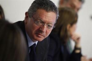 Rajoy pide al ministro que escuche a los barones del PP