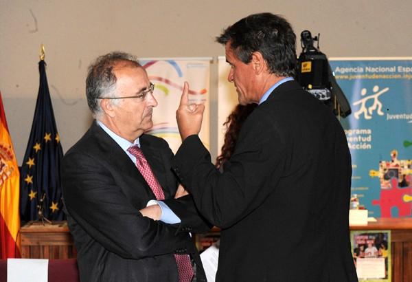 Hernández Spínola conversa con López Aguilar. / JAVIER GANIVET