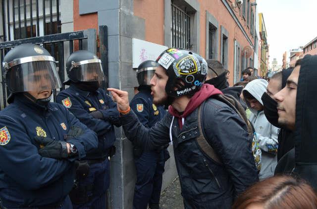 Un joven habla con un policía. | MOISÉS PÉREZ