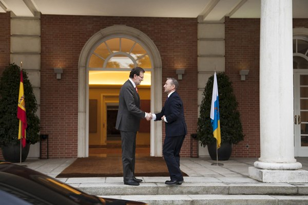 El presidente del Gobierno, Mariano Rajoy, recibe al jefe del Ejecutivo canario, Paulino Rivero, ayer en el palacio de la Moncloa. | DA