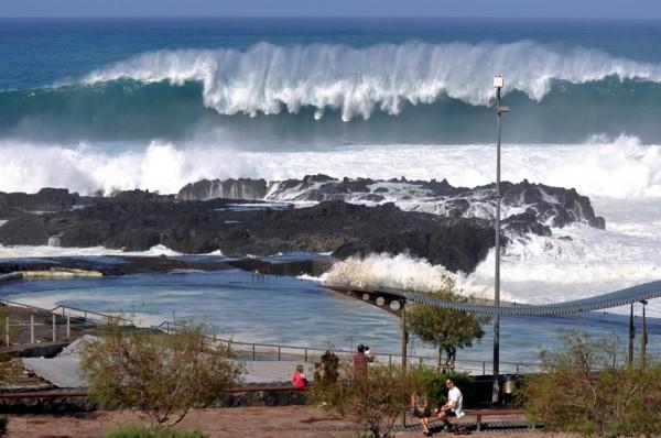 La localidad tacorontera de Mesa del Mar es la que ha sufrido mayores daños por el castigo que ha supuesto olas como la de la imagen, captada en la tarde de ayer.   MOISÉS PÉREZ
