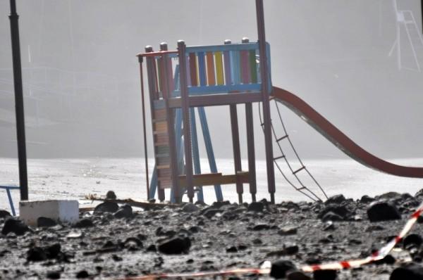 Los destrozos, como los de este parque infantil en Mesa del Mar, son considerables. | M. P.