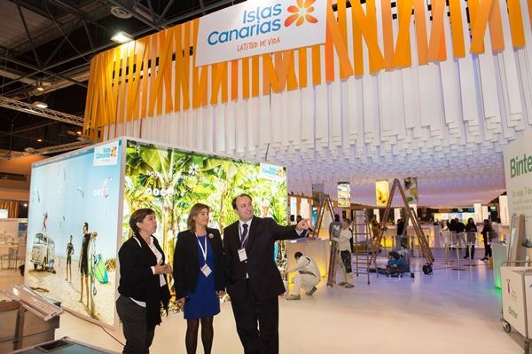 El viceconsejero de Turismo, entre otros, ayer, ante el pabellón de Canarias, en construcción, en la Feria Internacional de Turismo de Madrid. | DA