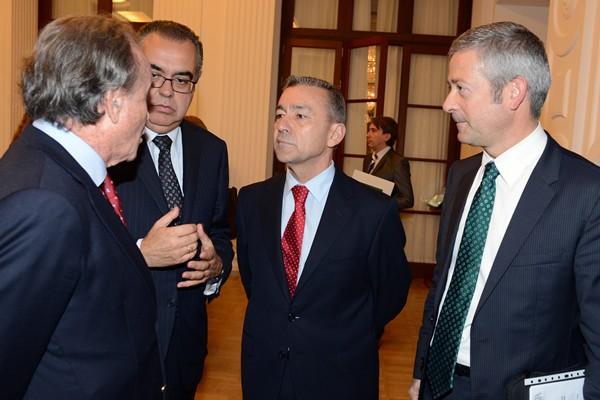 Agustín Manrique y José Carlos Francisco, ayer, con el presidente del Gobierno en las jornadas. / SERGIO MÉNDEZ
