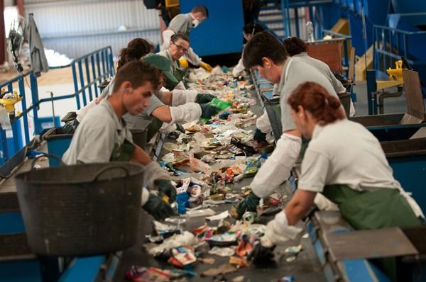 La planta de todo en uno incluye la separación y el reciclaje de la basura de toda la Isla. / DA
